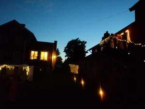 Frägsta Hälsingegård bröllop - Belysning på gården