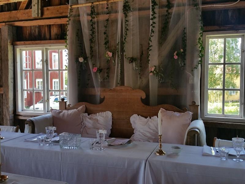 Bröllop Frägsta Hälsingegård-brudparets soffa