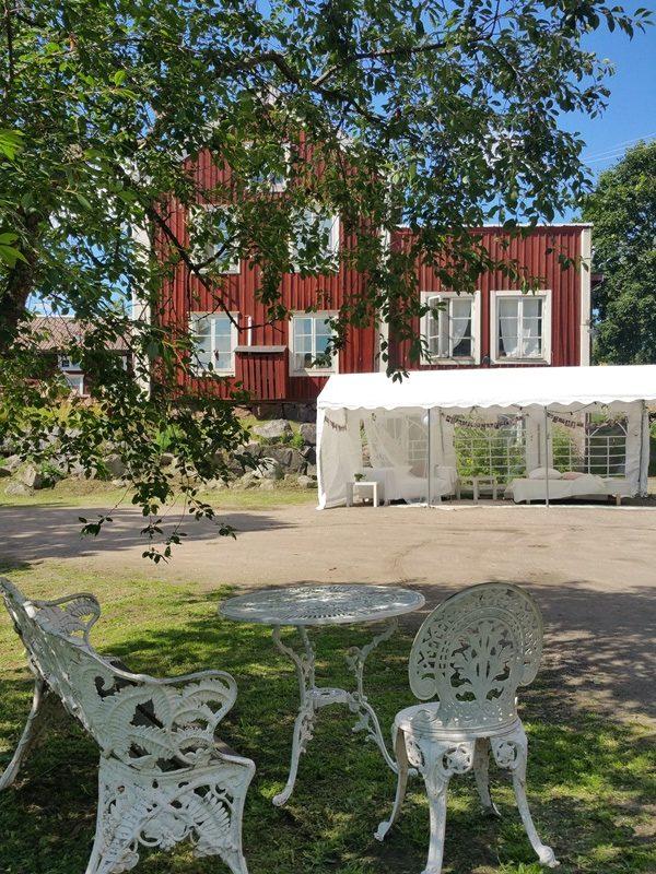 Bröllop Frägsta Hälsingegård-tält framför gården