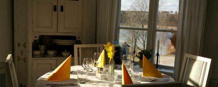 Bo på Hälsingegård i påsk matsal